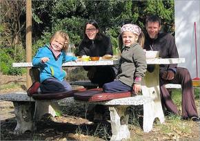 Valerie und Mirco Kreis mit ihren beiden Kindern